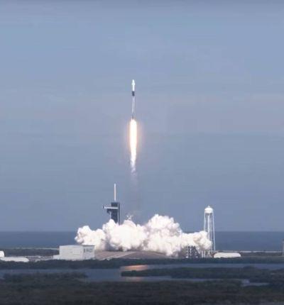 Une fusée Falcon 9 décolle depuis le Kennedy Space Center en Floride.