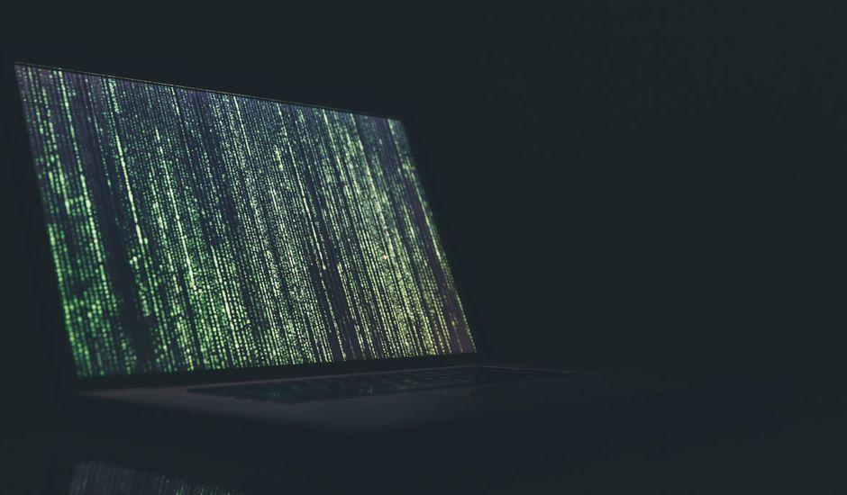 Un ordinateur affichant des lignes de code.