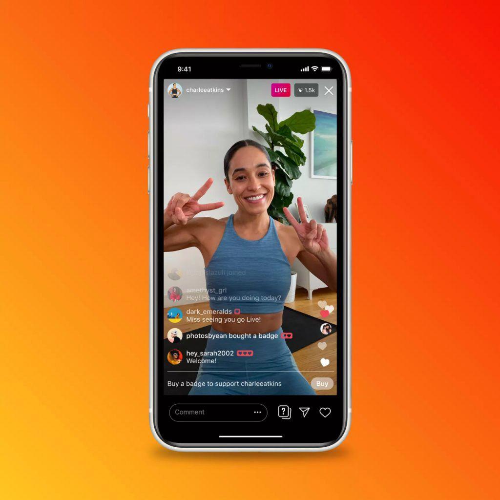 Un smartphone montrant un live Instagram avec les badges de rémunération.