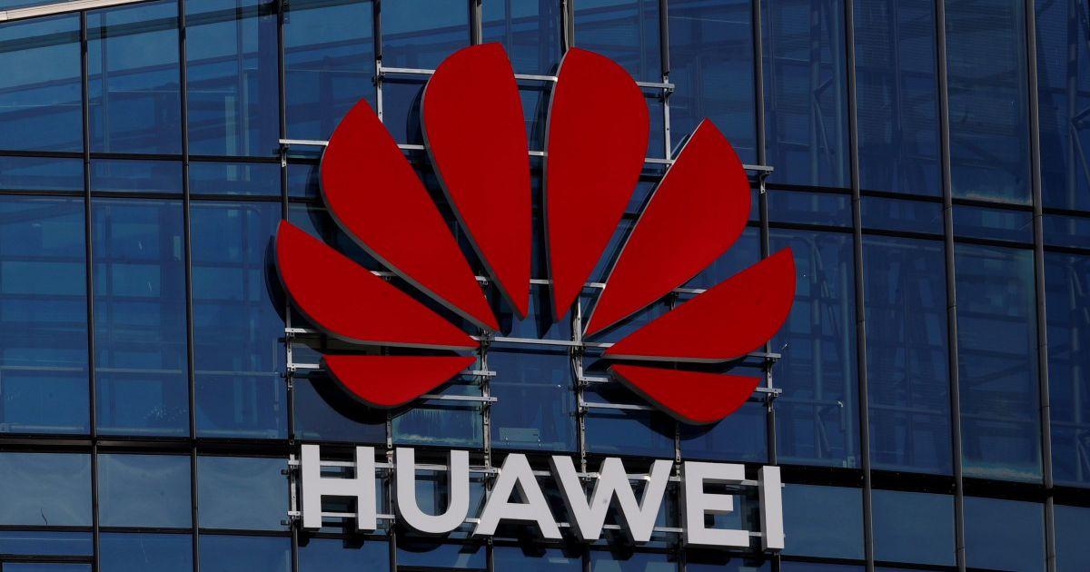 Le logo Huawei sur la façade d'un building.