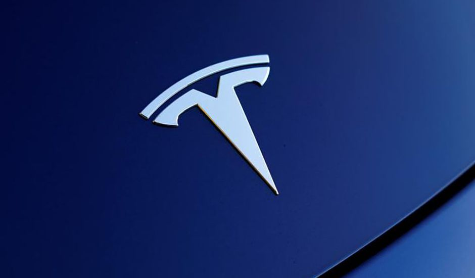 Logo tesla sur voiture