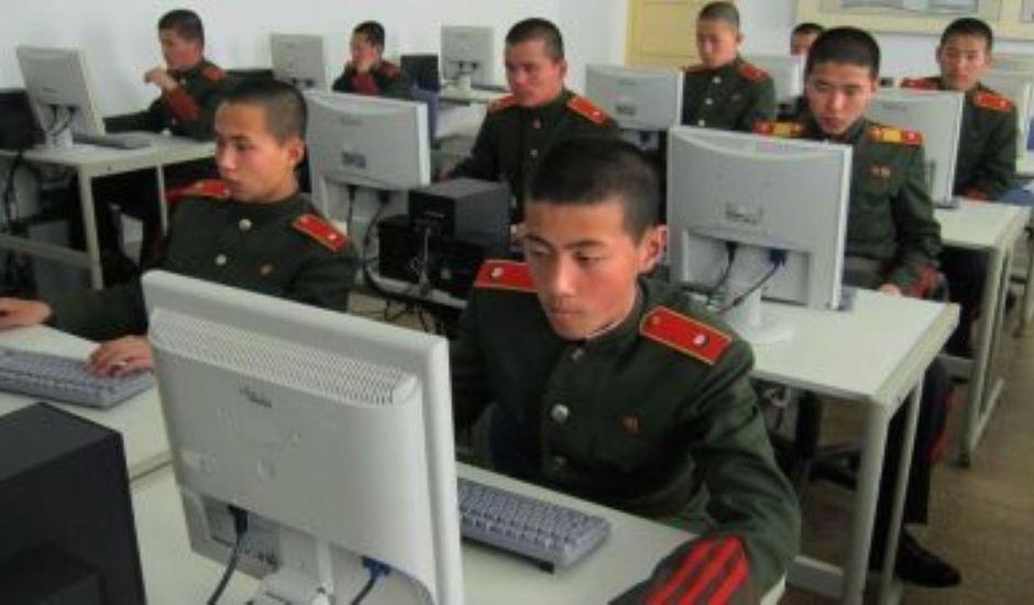 Des militaires nord coréens devant leur ordinateur
