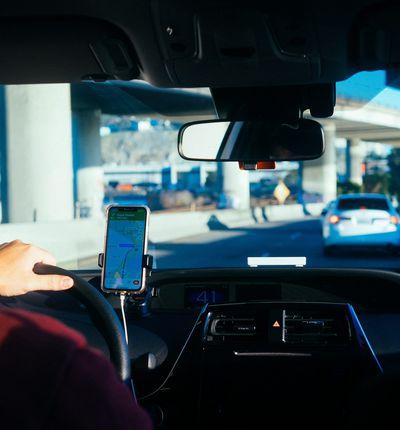Un chauffeur de VTC Uber au travail sur les routes de Californie