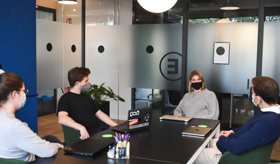 un bureau avec des collaborateurs masqués