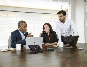 Trois personnes participant à une réunion