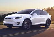 Une voiture Tesla roulant sur les routes