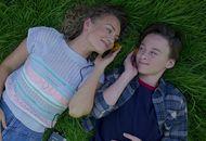 Meredith et Peter Quill en train d'écouter de la musique, allongés dans l'herbe, dans Les Gardiens de la Galaxie