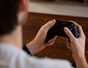 Un homme tenant une manette de Xbox