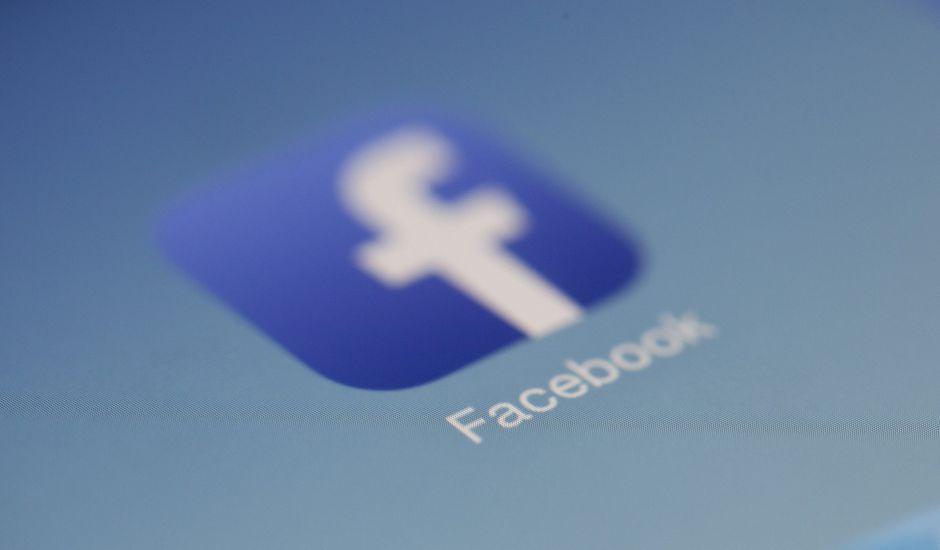 Le logo de Facebook affiché sur un écran.