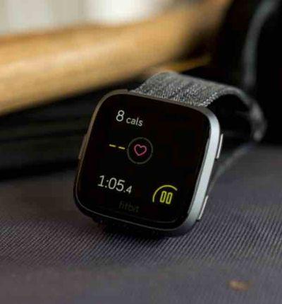 Une montre connectée de la marque fitbit