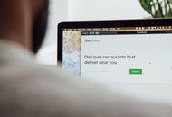 Un homme consulte Uber Eats depuis son mac