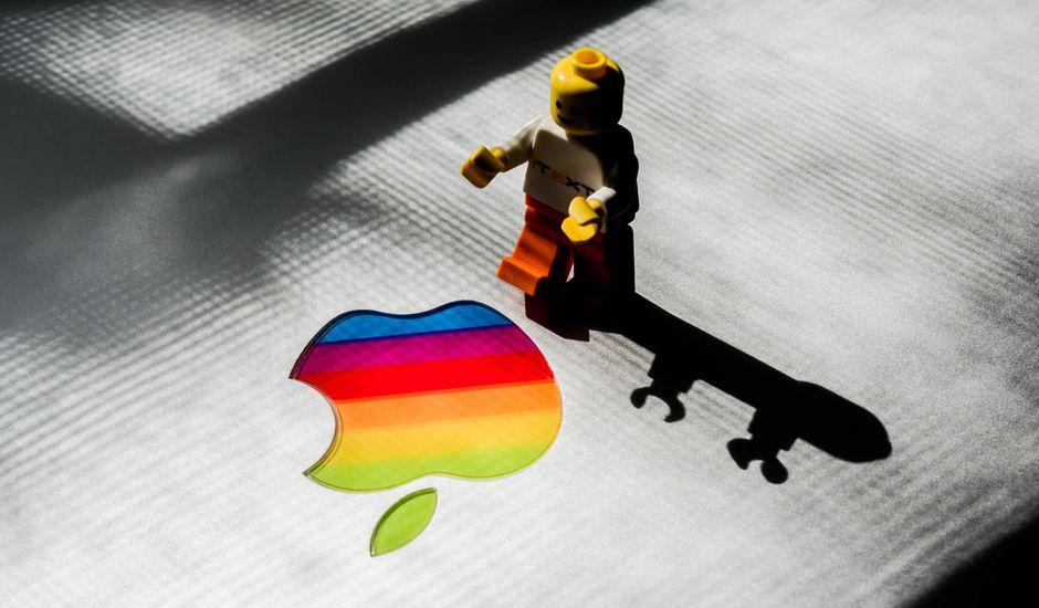 Apple a de nouveau sévi, cette fois en bloquant les applications internes de Google sur ses appareils. Une sanction déjà appliquée à Facebook en début de semaine.