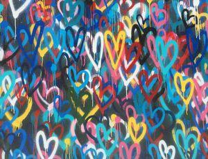un mur avec des coeurs peints