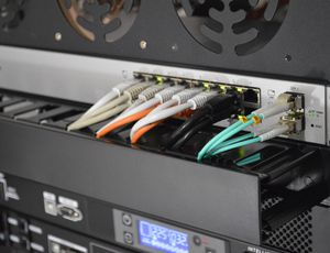 Des câbles RJ45 branchés sur un routeur