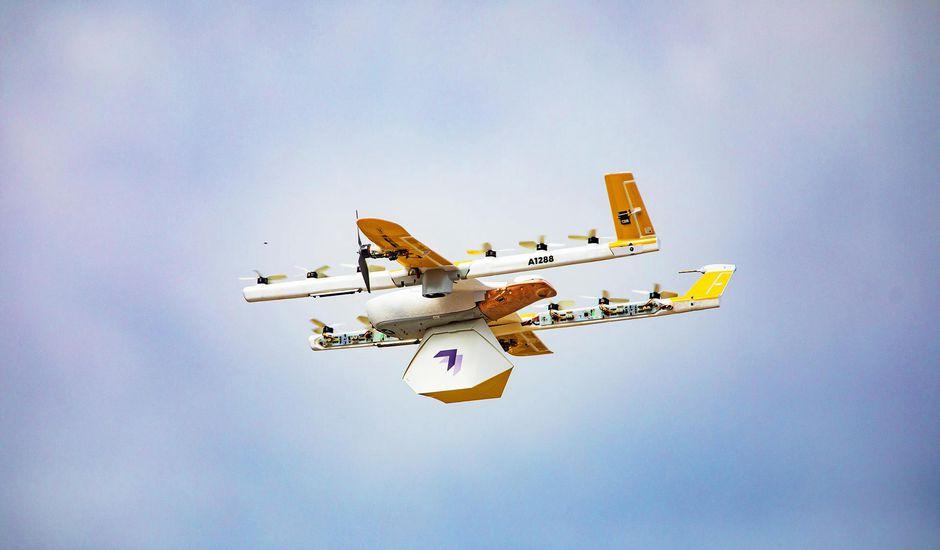un drone de la sociéte Wing durant une livraison commercial