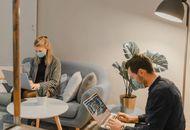 des salariés dans un bureau en 2021