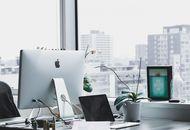 un bureau lumineux avec un ordinateur apple