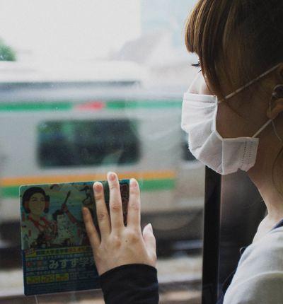 Coronavirus : une japonaise portant un masque dans les transports en commun