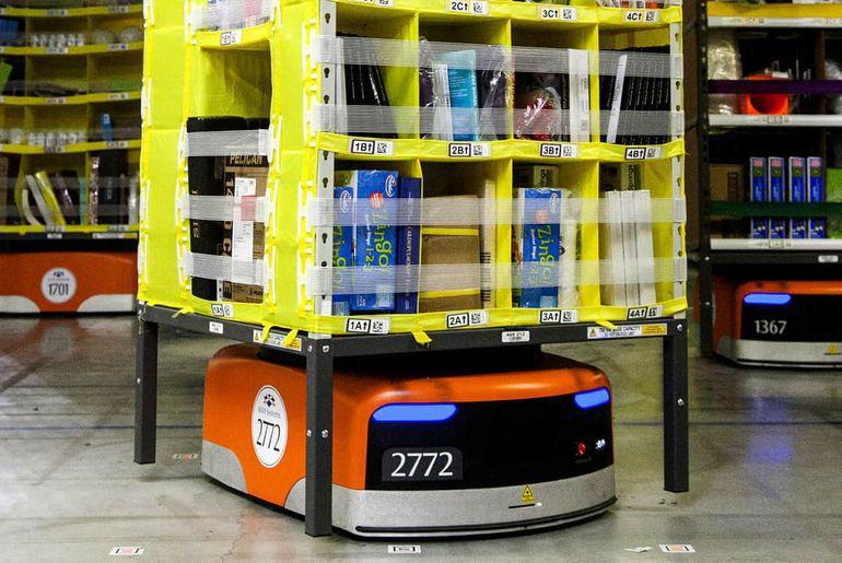 robot d'Amazon qui porte des étagères de produits