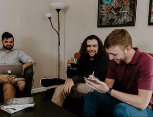 un groupe d'employés discutant dans une salle