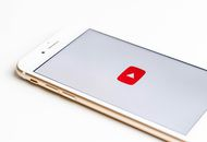 Un smartphone affichant le logo YouTube