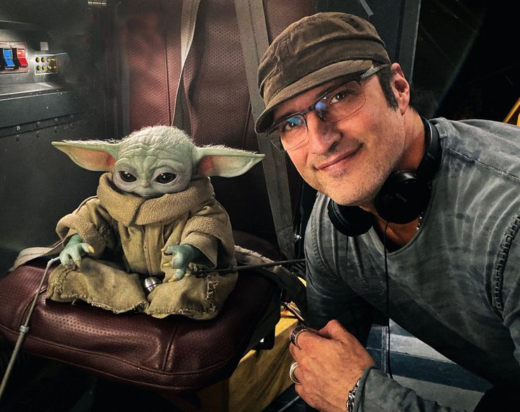 Robert Rodriguez posant avec bébé Yoda pour The Mandalorian