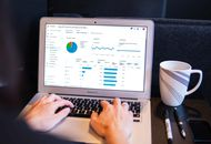 Photographie d'un ordinateur. Le marché des services cloud est dominé par les hyperscalers américains : AWS, Microsoft et Google.