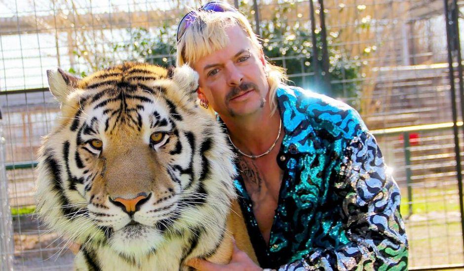 Joe Exotic pose avec un tigre