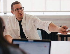 un employé pointant un powerpoint
