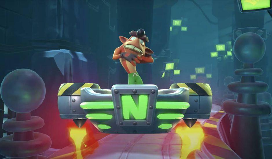 Crash Bandicoot se tient sur la plateforme du boss Neo Cortex.