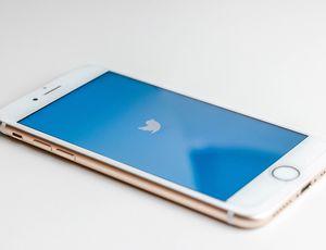 Un smartphone avec le logo Twitter affiché sur l'écran