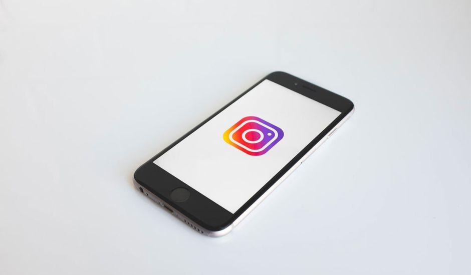 Un smartphone affichant le logo Instagram.