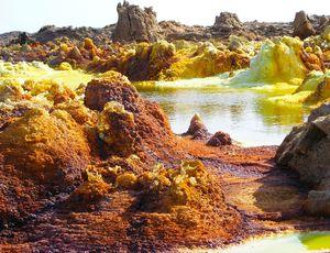 Dallol en Éthiopie regroupe des points d'eau aux conditions de vie extrêmes.
