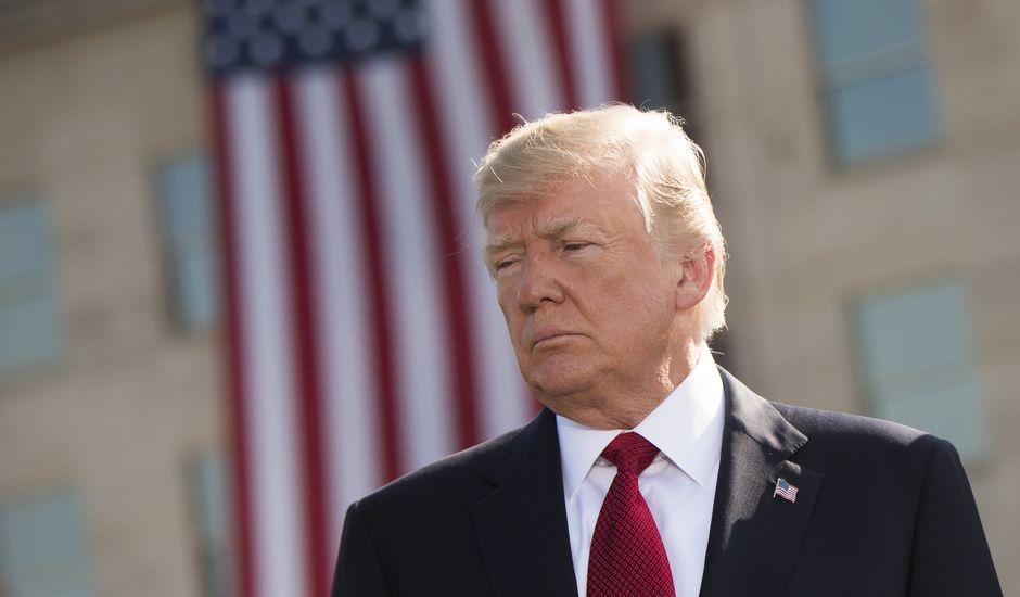 Donald Trump se tient devant un drapeau américain lors d'une cérémonie pour commémorer le 11 septembre 2001.