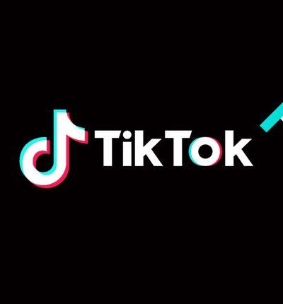 Le logo TikTok sur fond noir avec des illustrations bleus et rouges en bordure d'image.