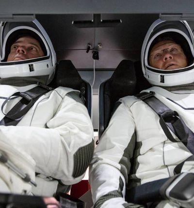 Deux astronautes à bord de la capsule Crew Dragon de SpaceX
