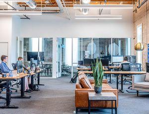 Des employés travaillent dans un bureau.