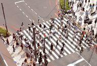 foule de personnes traversant la rue