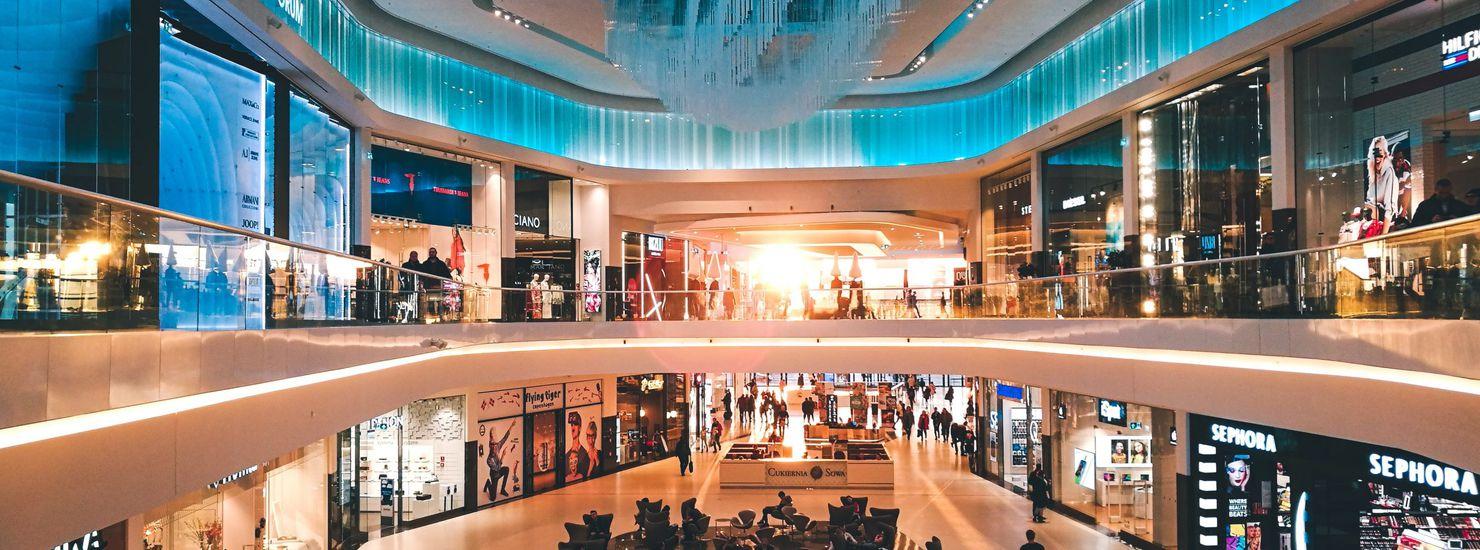 Un centre commercial en Pologne bercé par la lumière d'un coucher de soleil