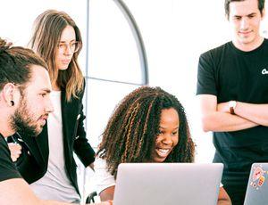des employés regardant un ordinateur