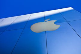 Photo du logo Apple placé sur un Apple Store
