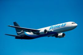 un avion brandé Amazon Prime Air