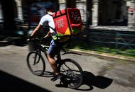 Photo d'un cycliste Just Eat Takeaway.