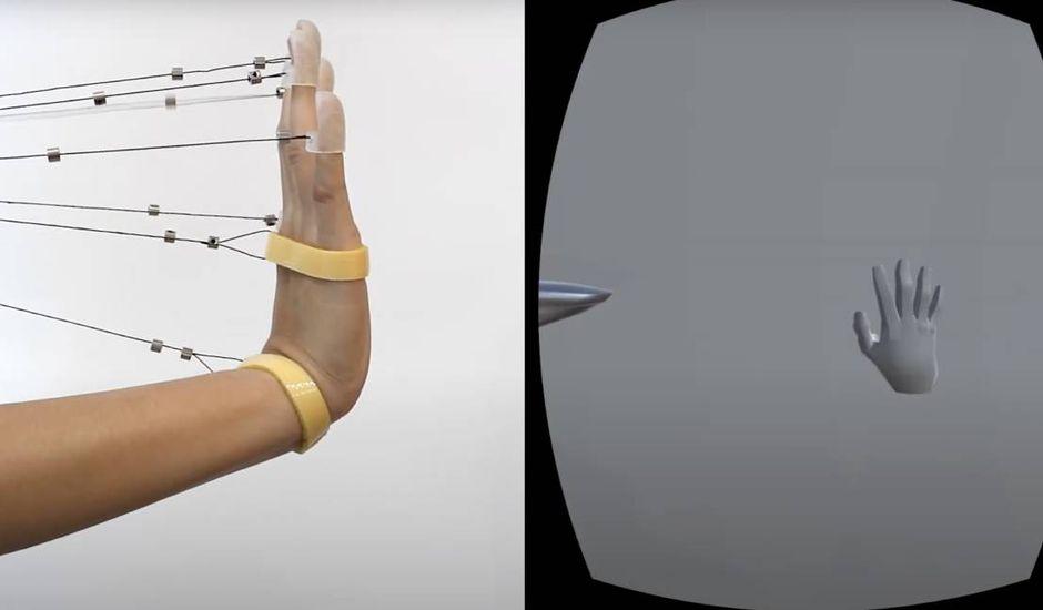 Une personne expérimente un système de retour haptique pour la réalité virtuelle.