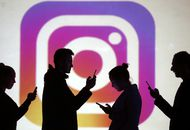 Photo montrant plusieurs utilisateurs rivés sur Instagram