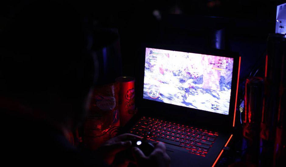 Un joueur joue à un jeu vidéo sur son ordinateur.