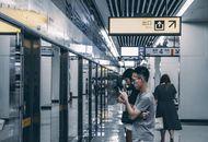 Des passagers attendant le métro à ChongQing en Chine