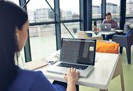 Une femme utilisant Sarbacane sur son ordinateur.