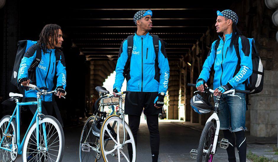 Des livreurs Stuart avec leurs vélos.