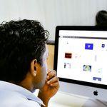 Un homme devant un logiciel de newsletter